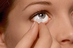 Hur du tar ut kontaktlinserna